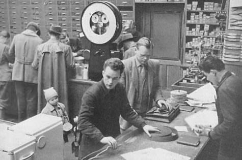 Aus der Abteilung für Eisen, Eisenwaren, Haus- und Küchengeräte um 1955